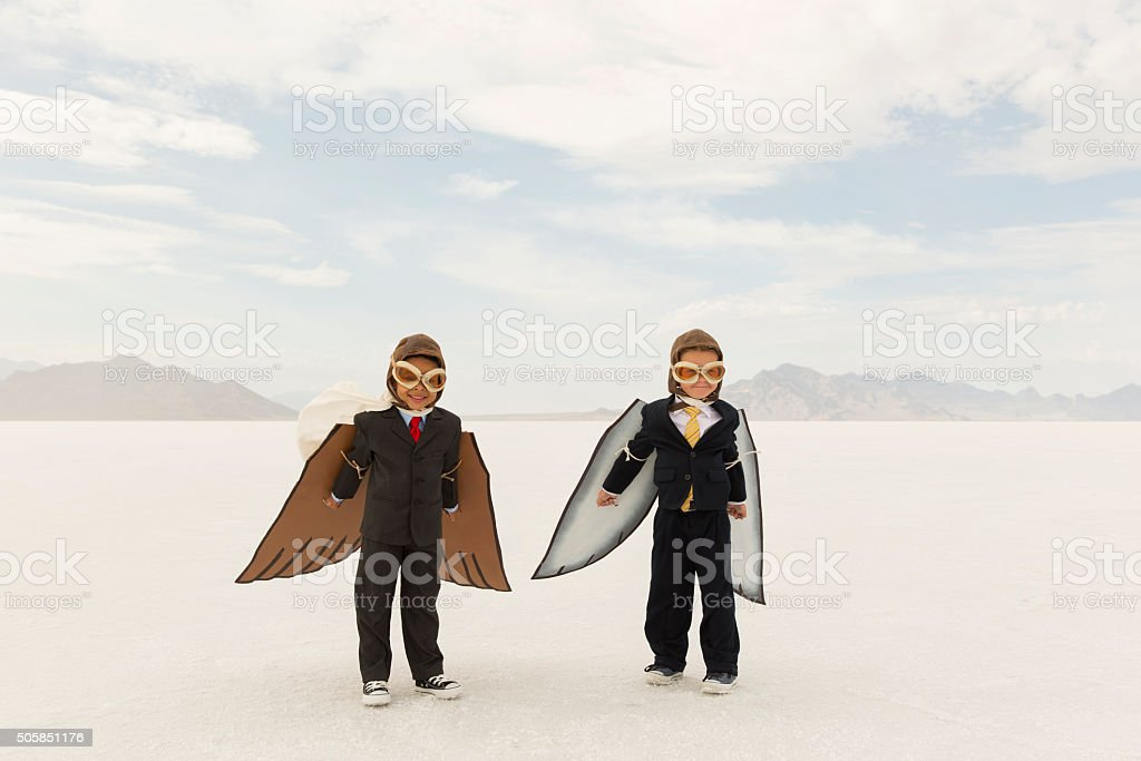 Young Boys de negocios usando las alas de cartón - foto de stock