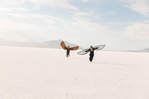 Junge Business Boys mit Pappflügeln – Foto
