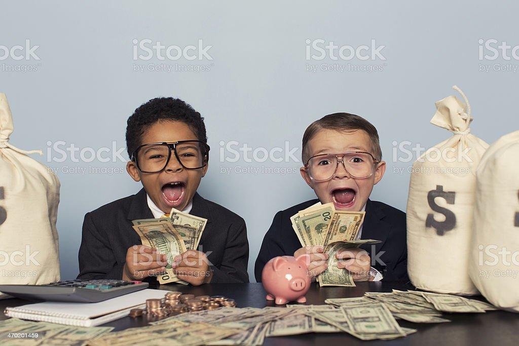 Young Business niños que s'enfrenta a la celebración de un montón de dinero - Foto de stock de 4-5 años libre de derechos