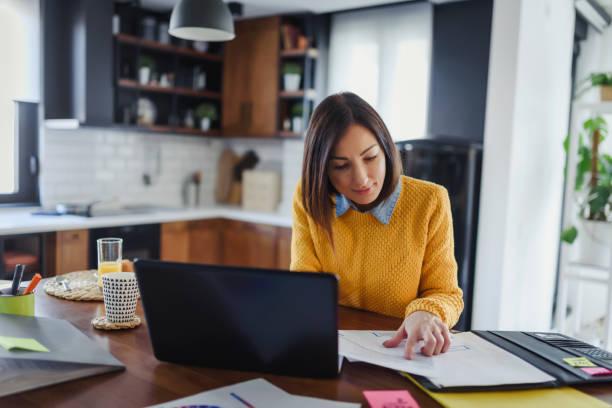 joven empresaria de negocios que trabaja en casa mientras desayuna - working from home fotografías e imágenes de stock