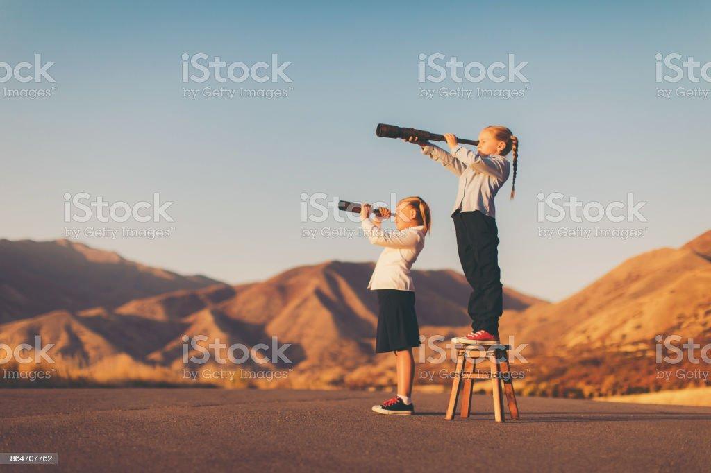 Junge Mädchen sieht durch Teleskop – Foto