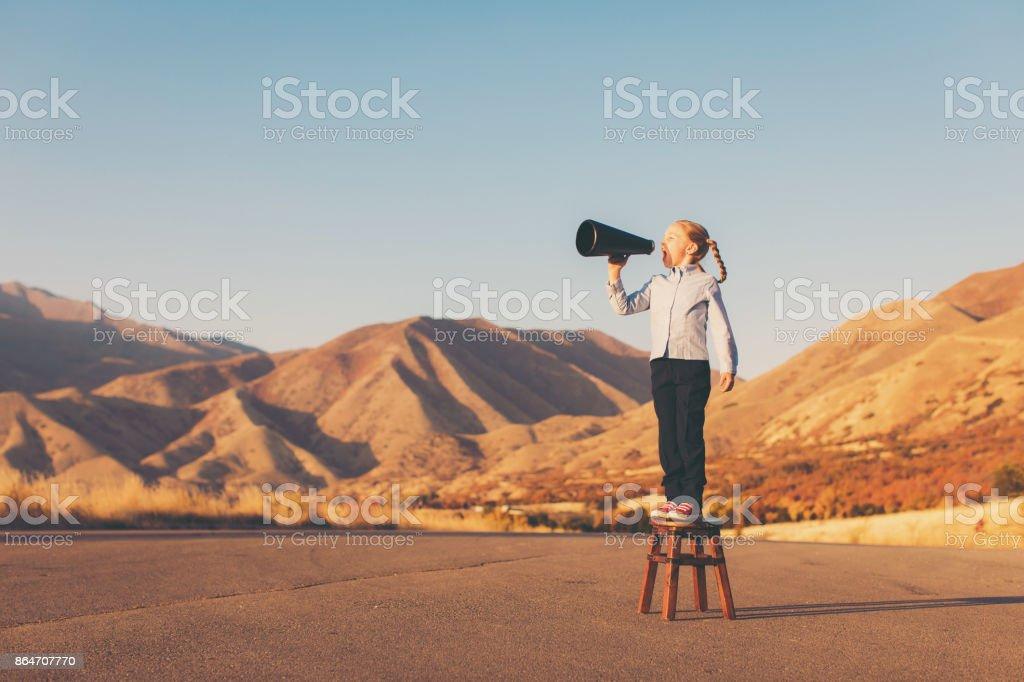 Eine junges Unternehmen-Mädchen nutzt Megaphon – Foto
