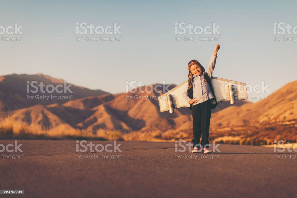 Junge Mädchen mit Jet-Pack hebt Arm – Foto