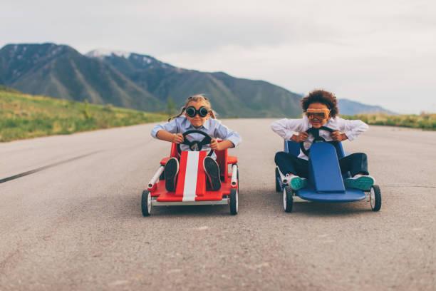 Junge Mädchen Rennen Go-Karts – Foto