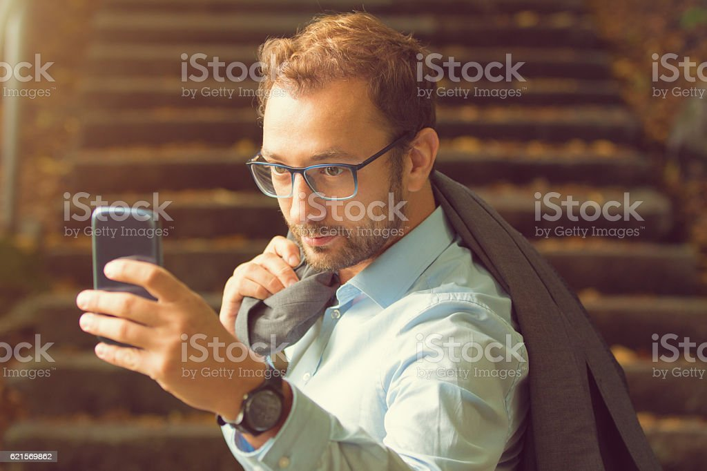 Young business handsome man using smartphone. photo libre de droits