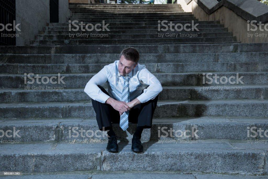 Junger Geschäftsmann Weinen verloren in Depression, sitzen auf der Straße Treppe leiden emotionalen Schmerz, Traurigkeit in eine psychische Gesundheit Konzept Foto aufgegeben - Lizenzfrei Anzug Stock-Foto