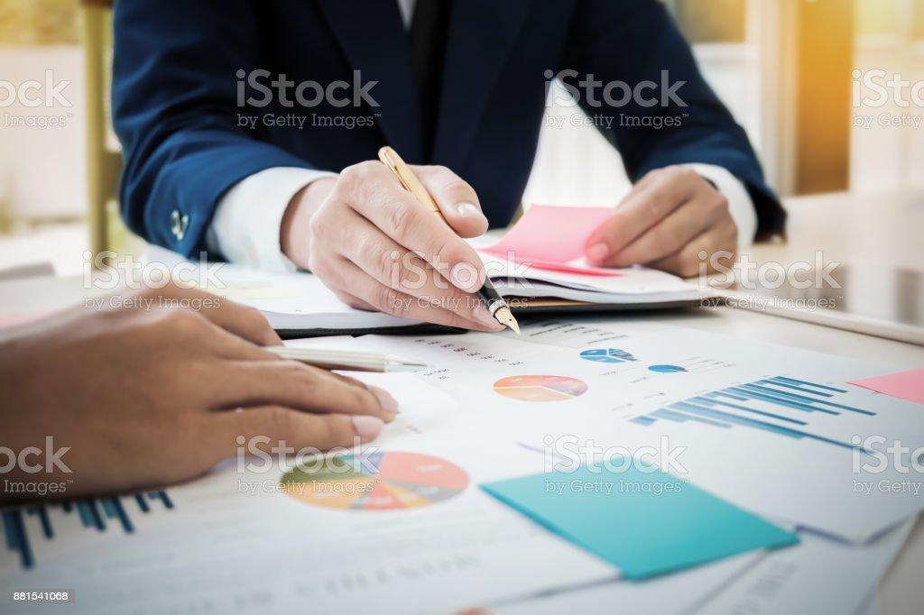 Junges Unternehmen Mann Hand hält Stift zeigt Diagramm Daten Dokument – Foto