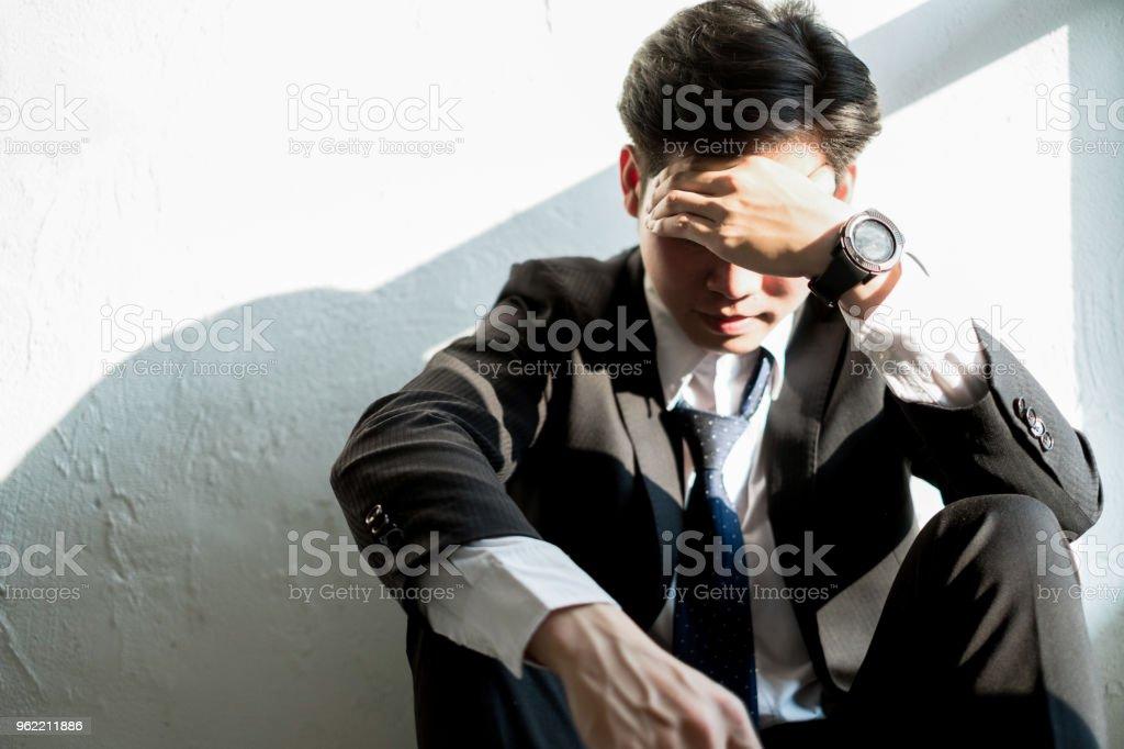 Junger Geschäftsmann sitzt im Büro Gefühl müde und gestresst, Business-Konzept – Foto