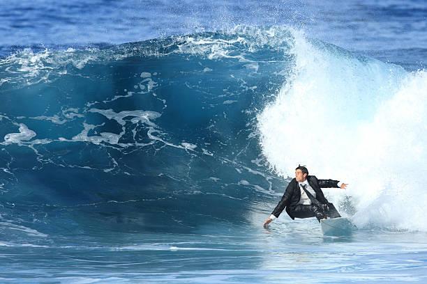 若いビジネス男サーフィン - サーフィン ストックフォトと画像
