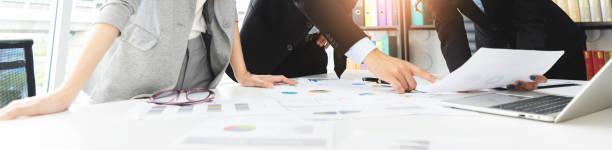 Young Business People está discutiendo y haciendo una lluvia de ideas juntos. - foto de stock