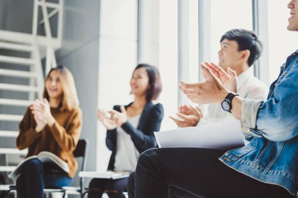 jovens empresários de palmas de mãos durante a reunião no escritório para seu sucesso em negócios trabalho - admiração - fotografias e filmes do acervo