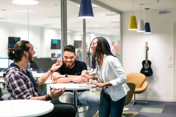 Junge Geschäftsleute diskutieren im Kreativbüro – Foto