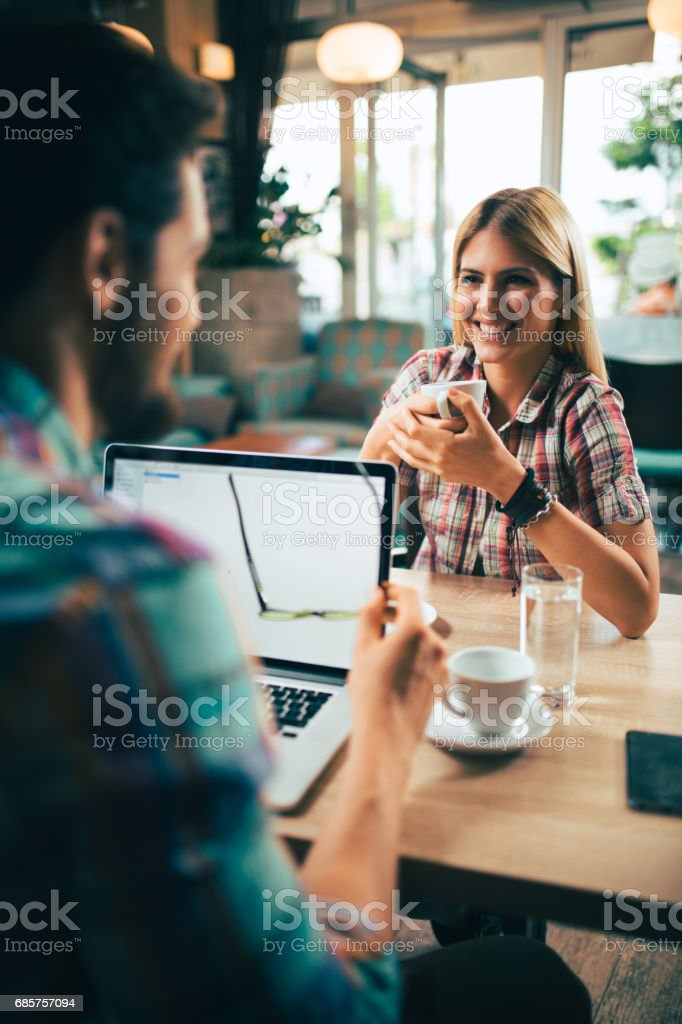 Jonge zakenlui tijdens de koffiepauze in café. royalty free stockfoto