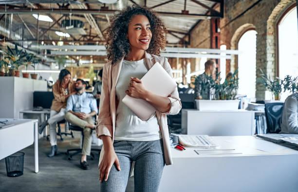 年輕的商務人士在辦公室 - 年輕成年人 個照片及圖片檔