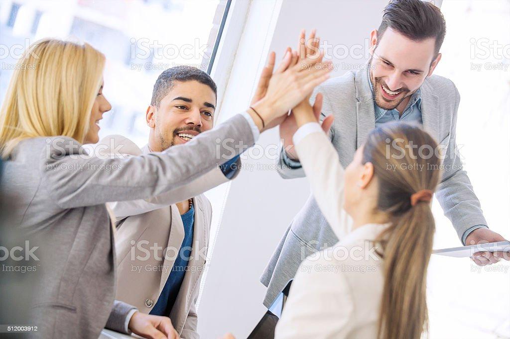 Junge Geschäftsleute Beitritt Hände zusammen für Erfolg – Foto