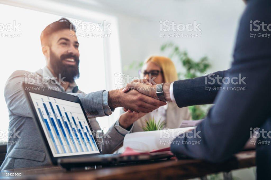 Jóvenes empresarios estrecharme la mano en la oficina. Exitosa reunión de acabado - foto de stock