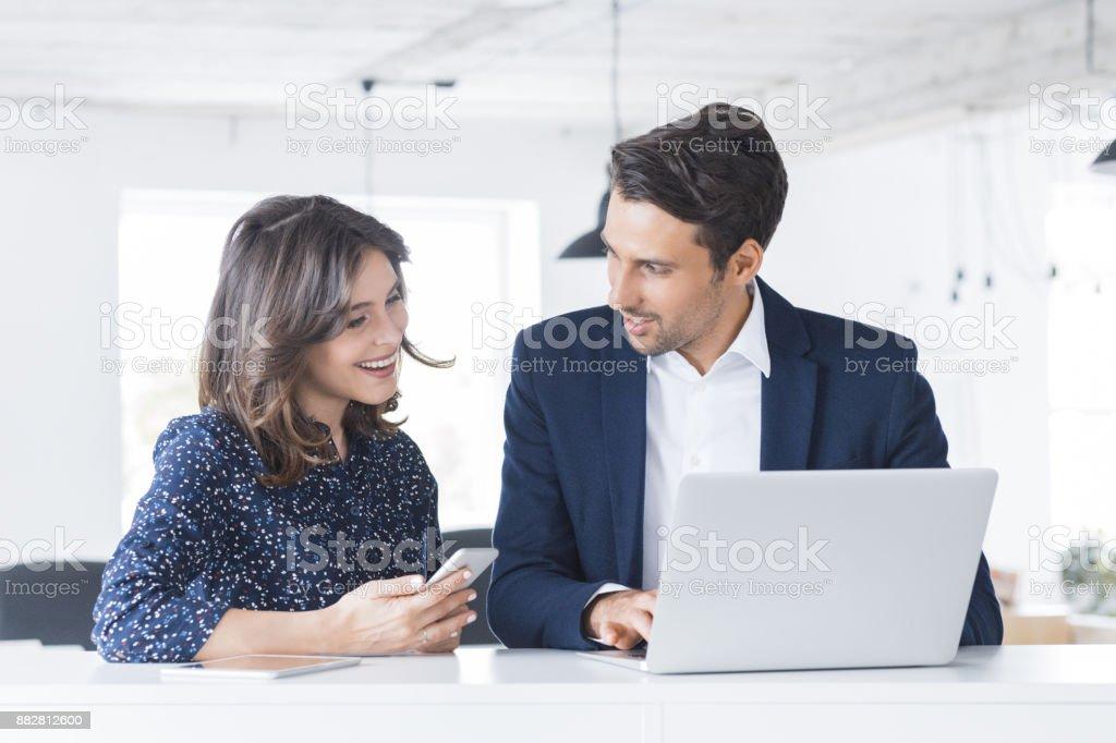 Junge Geschäftsleute arbeiten zusammen bei einem startup Lizenzfreies stock-foto