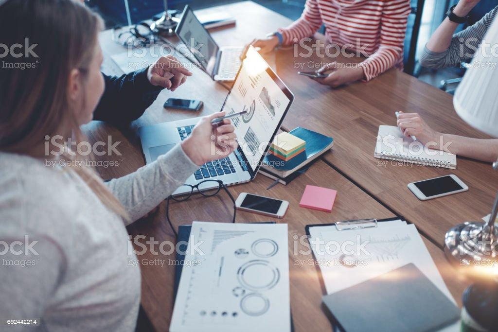Junge Geschäftsleute arbeiten zusammen im Büro – Foto