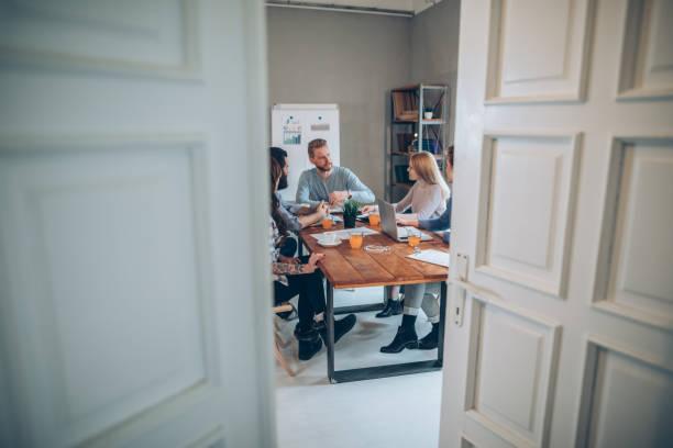 jeunes gens d'affaires travaillant ensemble - graphisme photos et images de collection