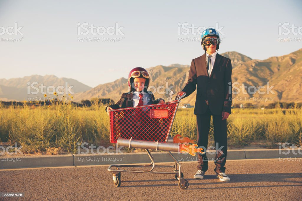 Young Business Team Races Shopping Cart - foto stock