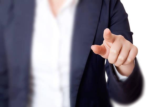 Junge business-Frau zeigt etwas auf weißem Hintergrund – Foto