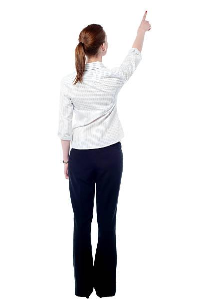 Young business-Frau zeigt an der Wand – Foto