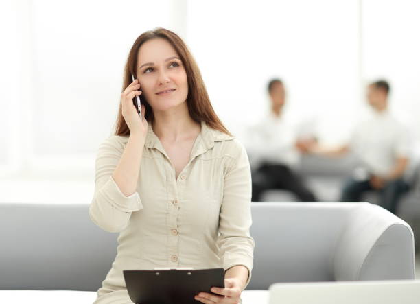 junge Geschäftsfrau spricht auf dem Smartphone – Foto