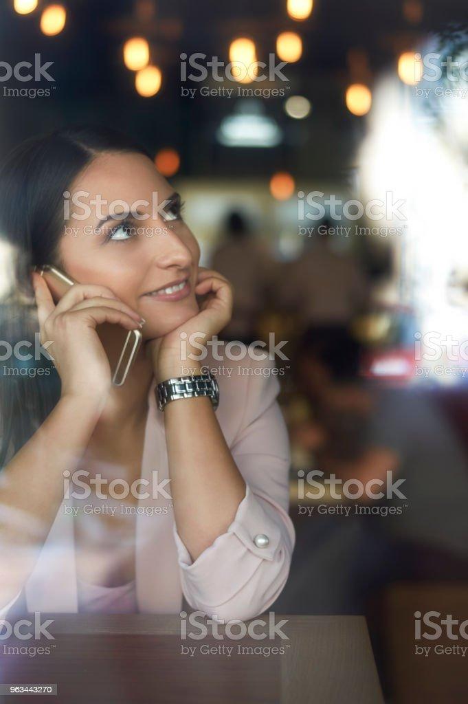 Kafede telefonda konuşurken genç iş kadını - Royalty-free Alış Stok görsel