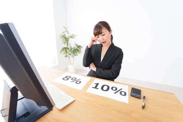 消費税増税を考える若いビジネスウーマン ストックフォト
