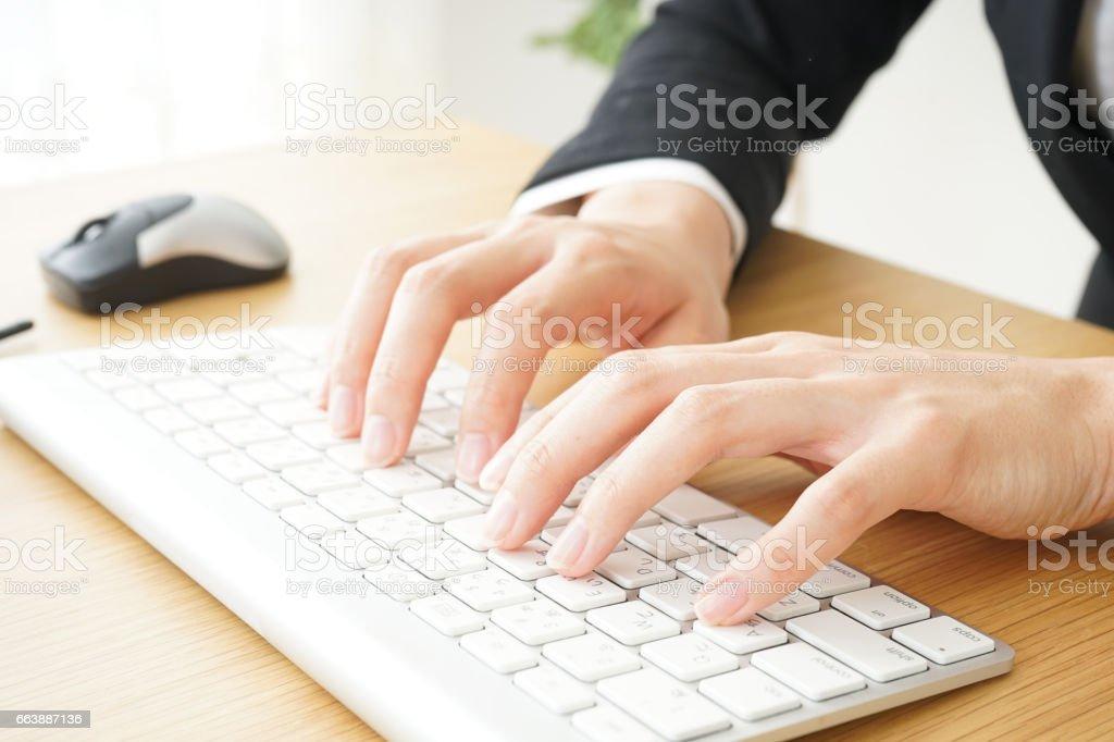 Joven mujer de negocios con computadora - foto de stock