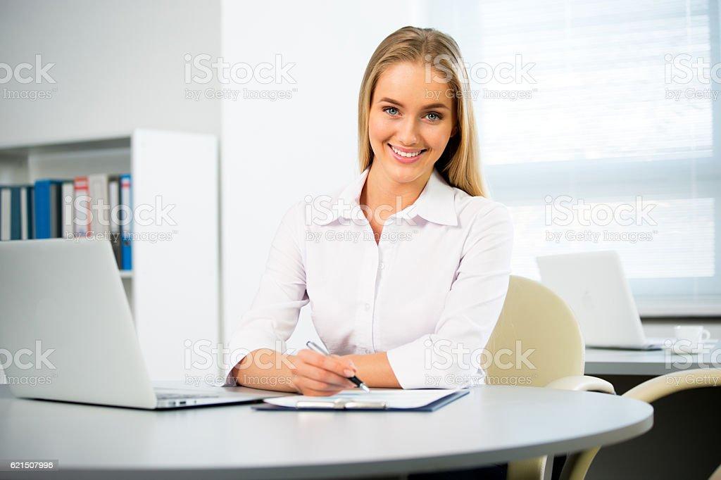 Jeune femme d'affaires à l'aide d'un ordinateur portable photo libre de droits