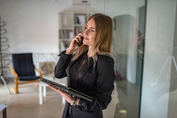 young business woman working on a tablet - dtephoto stock photos and pictures