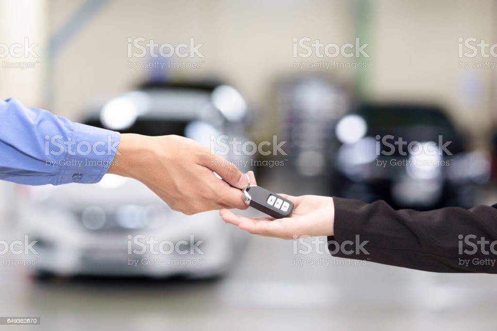 Junge Unternehmerinnen geben einen wichtigen Mietwagen in Schriftart des Autos. – Foto