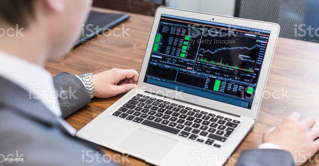Junger Geschäftsmann Analyse wirtschaftliche Daten auf Laptop-Computer. – Foto