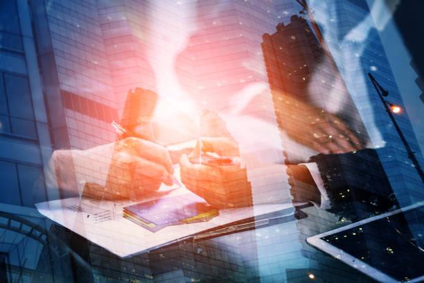 jungunternehmer und frau unterzeichnung ein papier im büro. das konzept eines erfolgreichen unternehmens. - wirtschaftsrecht stock-fotos und bilder