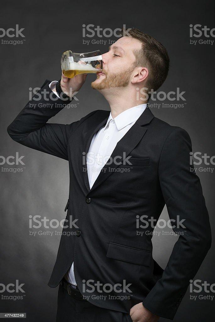 Junger Geschäftsmann trinken Bier – Foto