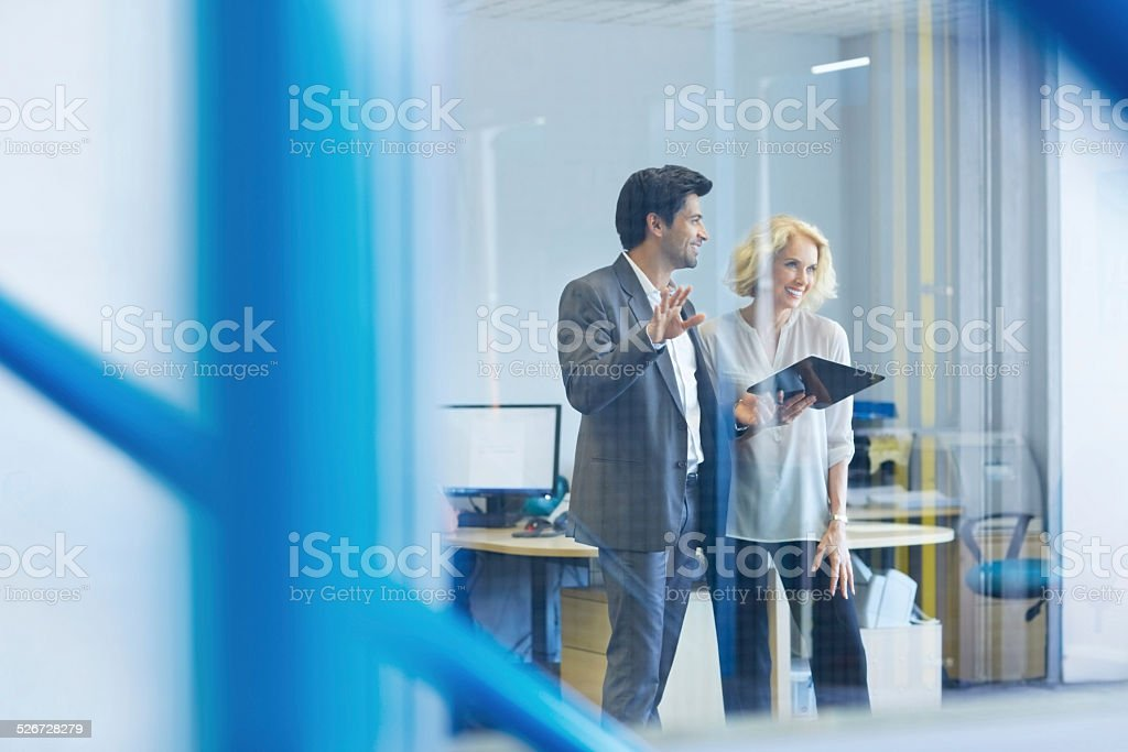 Jovem Empresário apresentar o plano de negócios e Uma Mulher Idosa - foto de acervo