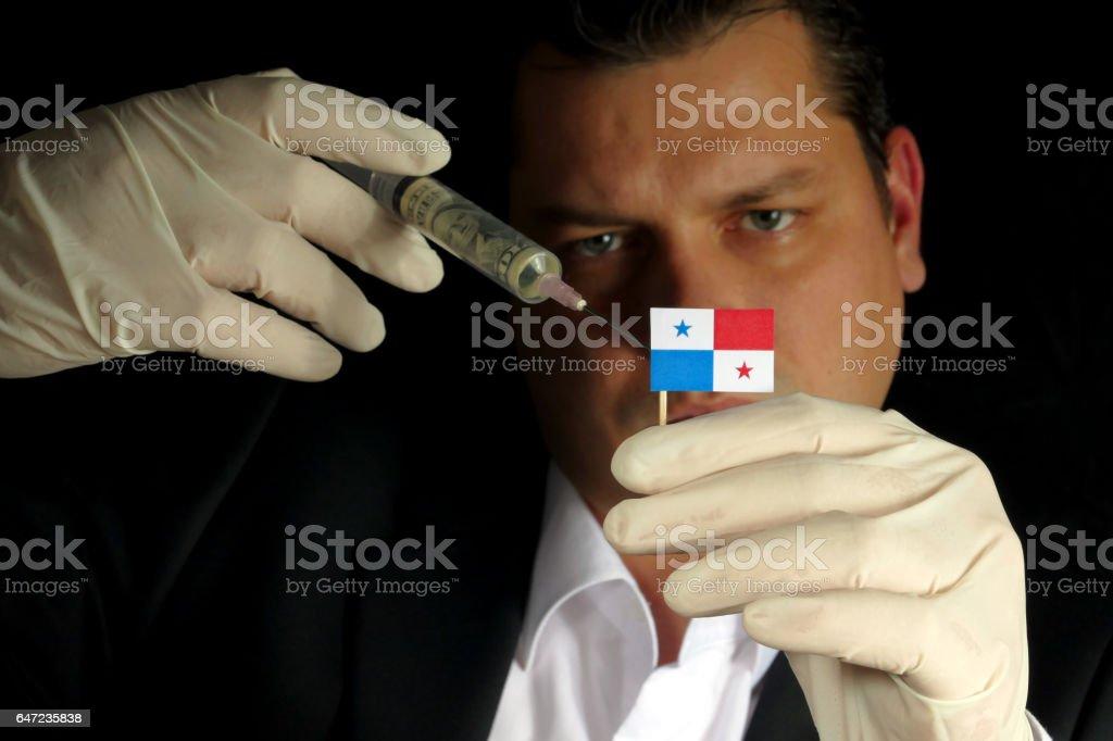 Jovem empresário dá uma injeção financeira de bandeira panamenha isoladas no fundo preto - foto de acervo