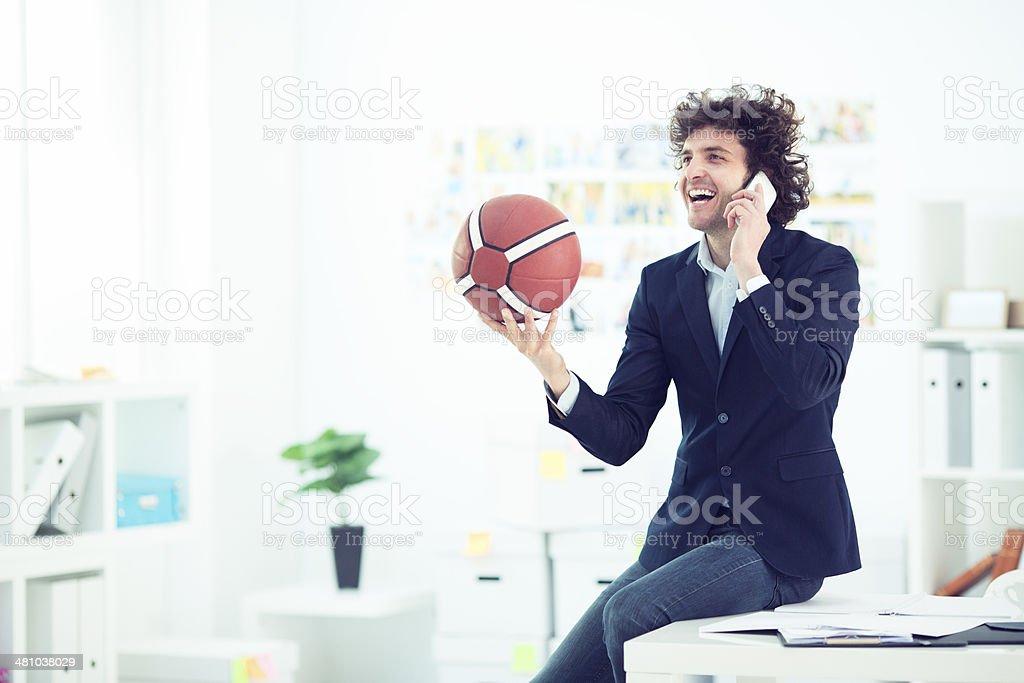 Junger Geschäftsmann hält Basketball Ball und reden am Telefon. – Foto