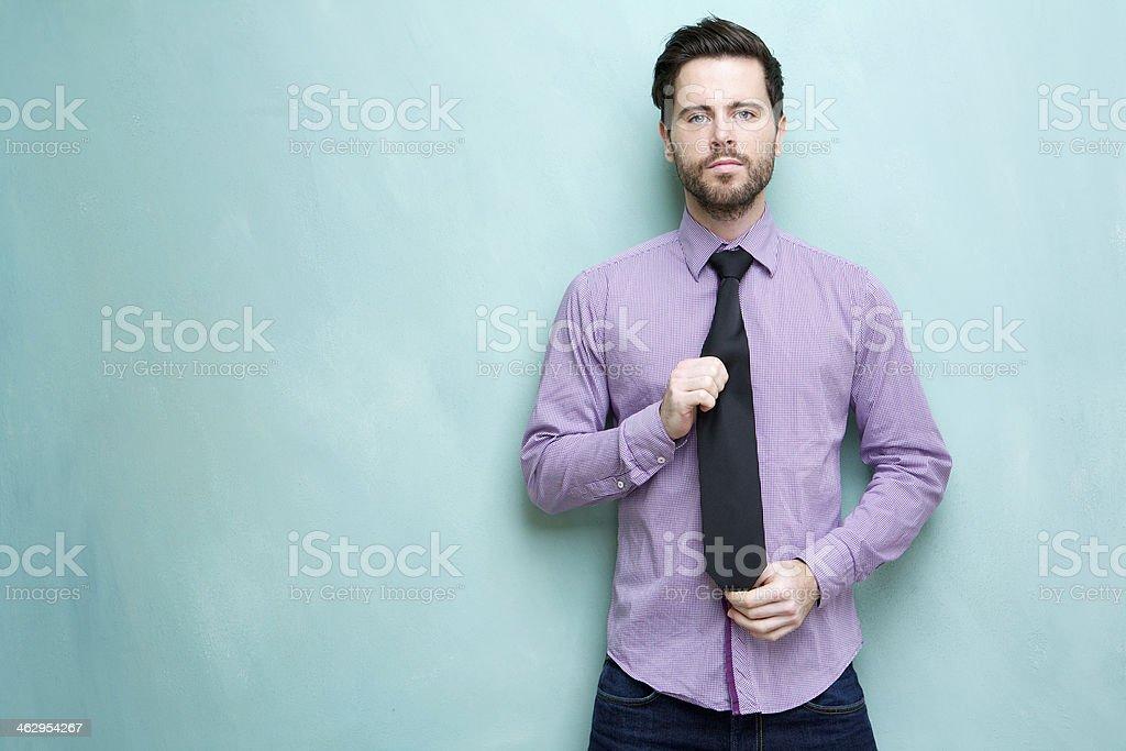 Jovem Empresário segurando gravata - foto de acervo