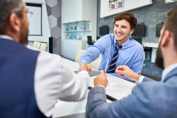 Junger Geschäftsmann in Gruß Partner treffen – Foto