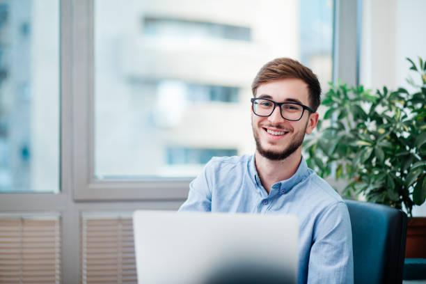 年輕的商人在辦公室 - 年輕成年人 個照片及圖片檔