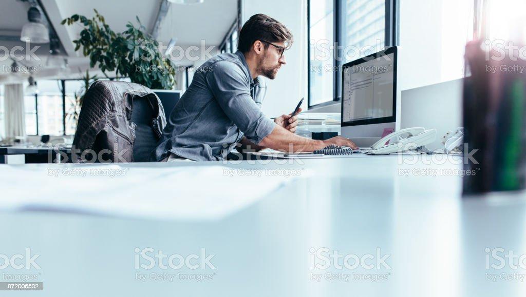 Joven empresario en oficina de trabajo en equipo - foto de stock