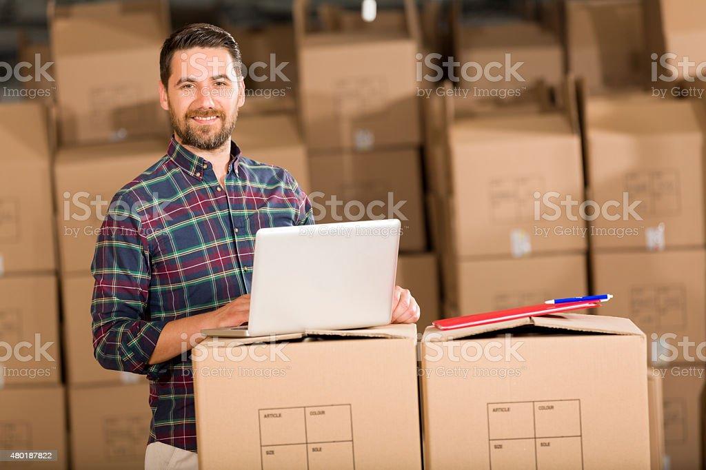 Junger Geschäftsmann in Warehouse – Foto