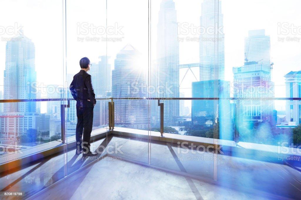Junge Unternehmer auf der Suche der Stadt im Büro. Morgen-Szene. . – Foto