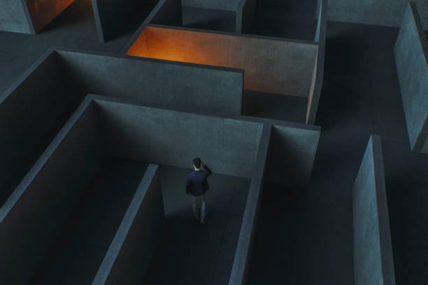 Junge Geschäftsfrau verlor im Labyrinth – Foto