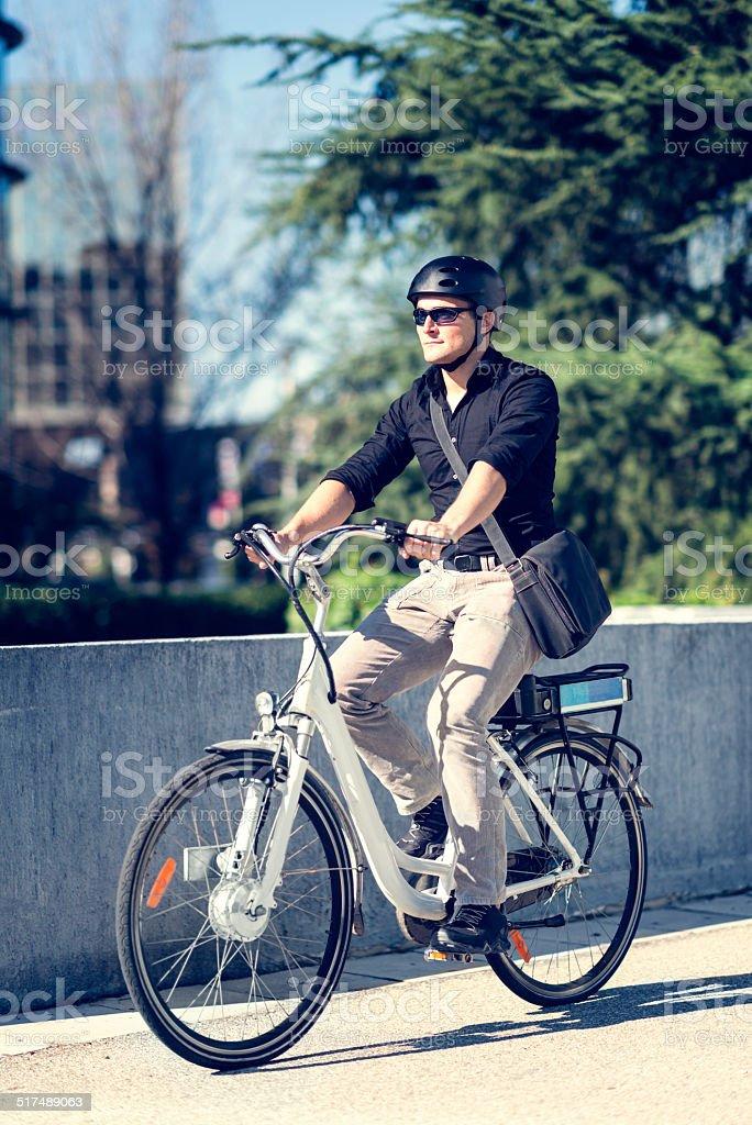 Joven empresario en bicicleta eléctrica - foto de stock