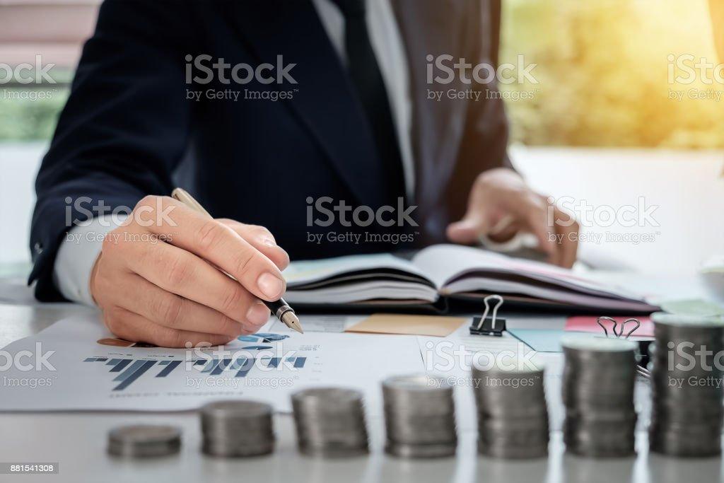 Junger Geschäftsmann Stift zeigt Graph-Diagramm in diesem Monat mit p – Foto