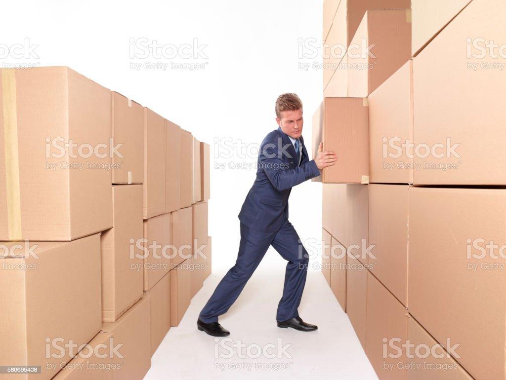 Junger Geschäftsmann schieben box Lizenzfreies stock-foto