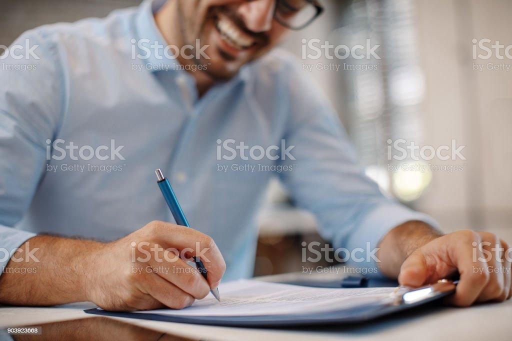 Junger Geschäftsmann, die Unterzeichnung eines Vertrags – Foto